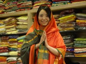 織物専門店でサリーを購入