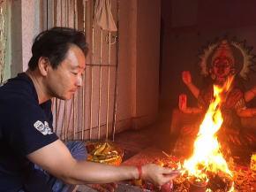 ヒンドゥー寺院でプージャ