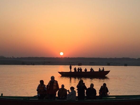 バラナシのガンジス河の朝日