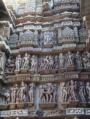壁面を覆うミトゥナ像