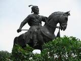インド門をにらむシヴァージ像