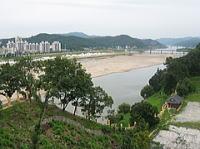 北側には錦江が流れる
