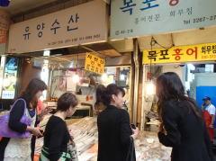 市場にて発酵食品ホンオフェを