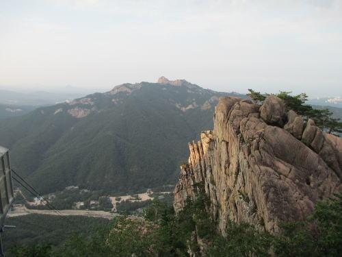 岩が切り立つ雪岳山からの眺望