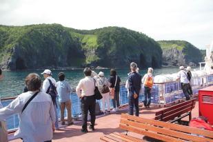 観光船から知床半島を眺望
