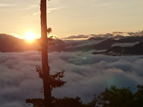 雲海の上を昇る朝日
