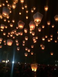 夜空に飛ぶランタン
